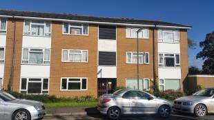 2 Bedrooms Flat for sale in Denton Close, Redhill, Surrey