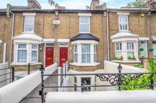 3 Bedrooms Terraced House for sale in Springfield Terrace, Old Road, Chatham, Kent