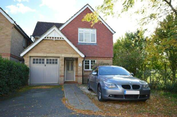 3 Bedrooms Detached House for sale in Grapsome Close, Chessington