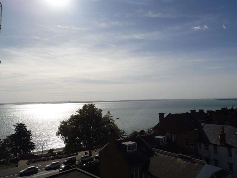 3 Bedrooms Flat for sale in Tower Court, Westcliff-On-Sea