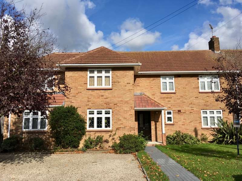 6 Bedrooms Semi Detached House for sale in Cavendish Crescent, Hornchurch, Essex, RM12
