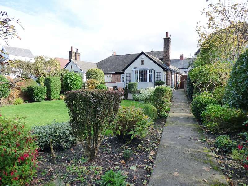3 Bedrooms Semi Detached Bungalow for sale in St Annes Road East, St Annes