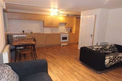 2 Bedrooms Flat for rent in Wallace Street, Tradeston, G5