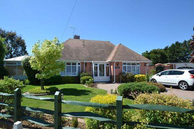 2 Bedrooms Detached Bungalow for sale in Langbury Close, Ferring, West Sussex, BN12 6QF