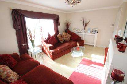3 Bedrooms Flat for sale in Columba Crescent, Motherwell, North Lanarkshire