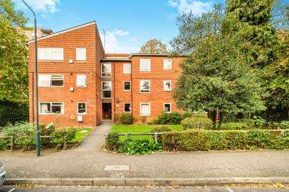 2 Bedrooms Flat for sale in Bridle Path, Woodford Green, Essex