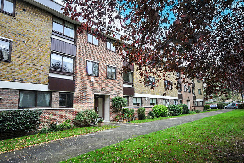 2 Bedrooms Flat for sale in Greenacres, London, SE9