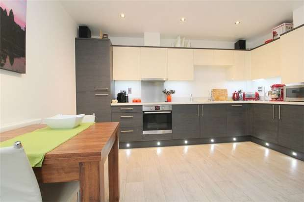 2 Bedrooms Flat for sale in Maplewood Court, Woodthorpe Road, Ashford, Middlesex