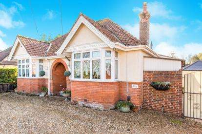 2 Bedrooms Bungalow for sale in North Baddesley, Hampshire