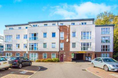 2 Bedrooms Flat for sale in Royal Court, Queen Marys Avenue, Watford, Hertfordshire