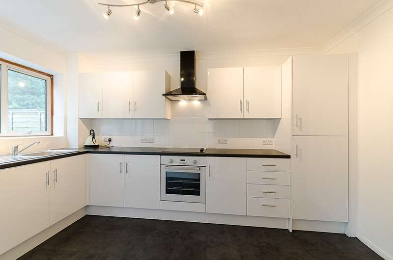 4 Bedrooms Semi Detached House for sale in Greenacres, Crawley, West Sussex, RH10