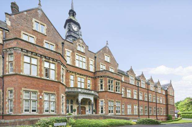 3 Bedrooms Flat for sale in Lavender Close, Leatherhead, Surrey