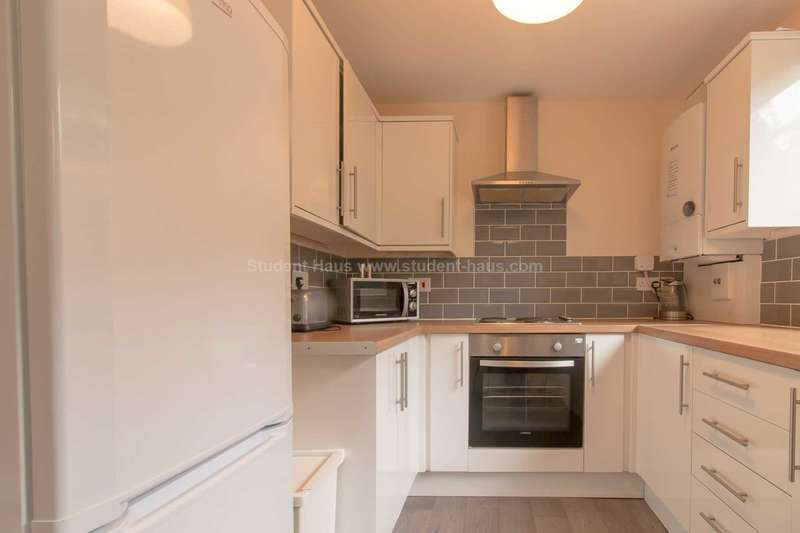 5 Bedrooms House for rent in Grassfield Avenue, Salford, M7 1HW