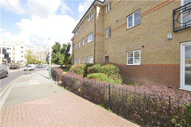2 Bedrooms Flat for sale in Chain Free two bedroom apartment 0.3 miles from Romford Station and Amenities