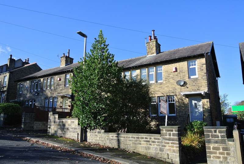 3 Bedrooms Semi Detached House for sale in Woodside Road, Beaumont Park, Huddersfield, HD4