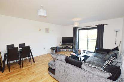 2 Bedrooms Flat for sale in Bouverie Court, Leeds, West Yorkshire