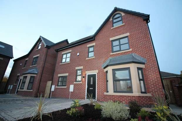 4 Bedrooms Detached House for sale in Roby Close, Sale, M33