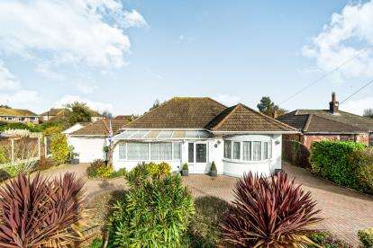 3 Bedrooms Bungalow for sale in Collier Row, Romford