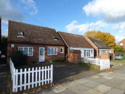 4 Bedrooms Bungalow for sale in Butlers Grove, Great Linford, Milton Keynes, Buckinghamshire