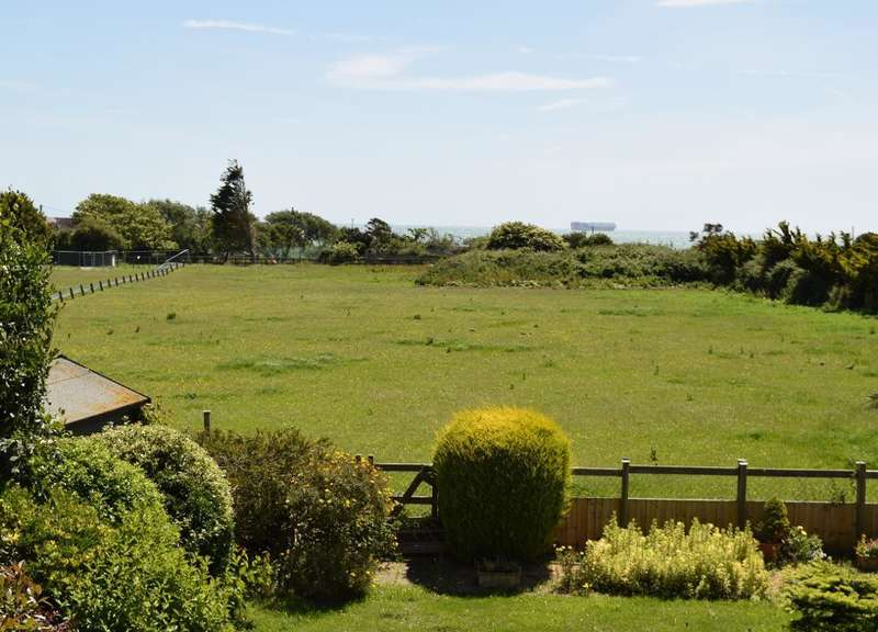 3 Bedrooms Detached House for sale in Howgate Road, Bembridge, Isle of Wight, PO35 5QZ