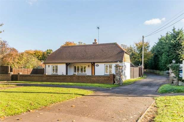 3 Bedrooms Detached Bungalow for sale in Stroude Road, Egham, Surrey