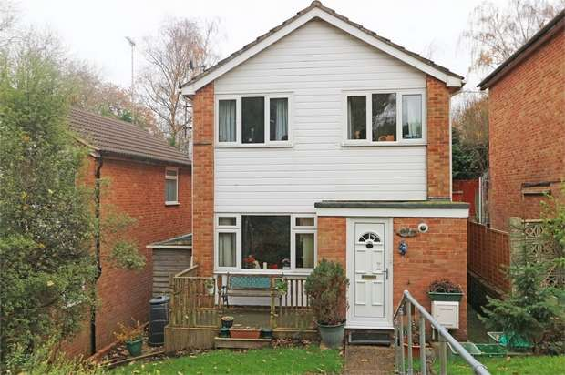 3 Bedrooms Detached House for sale in Sandbrooke Walk, Burghfield Common, Reading, Berkshire