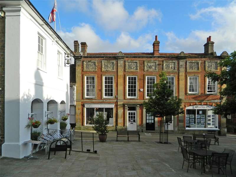 2 Bedrooms Flat for sale in Market Square, Midhurst, West Sussex, GU29