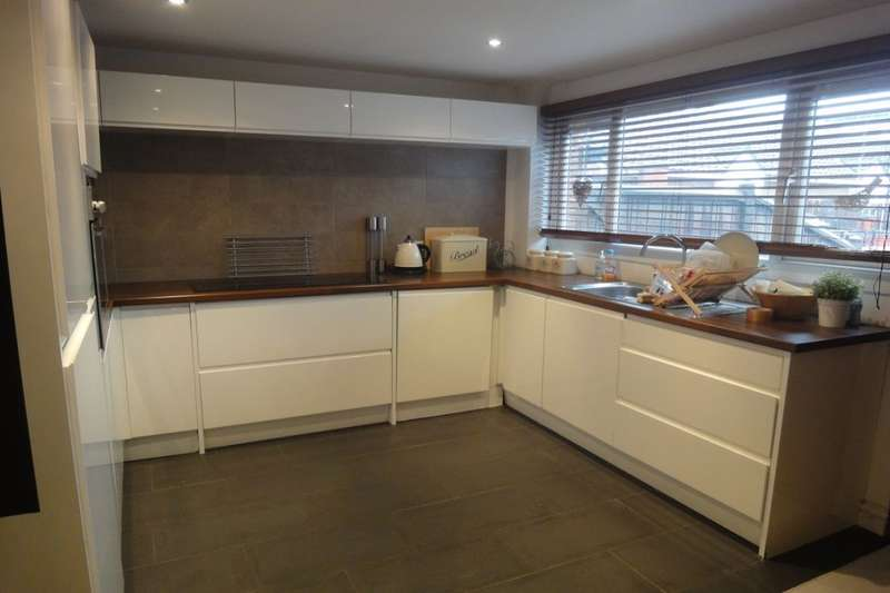 3 Bedrooms Terraced House for sale in Gratrix Avenue, Salford, M5