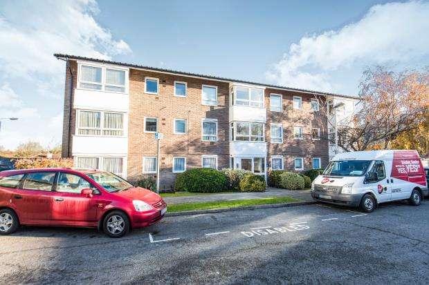 2 Bedrooms Flat for sale in Worcester Park, Surrey, .