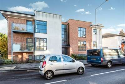 2 Bedrooms Flat for rent in High Street, Addlestone, KT15 1TR