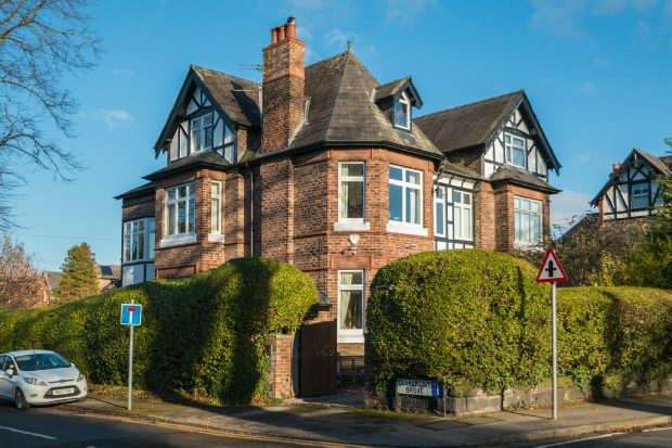 5 Bedrooms Semi Detached House for sale in Hale Road, Hale