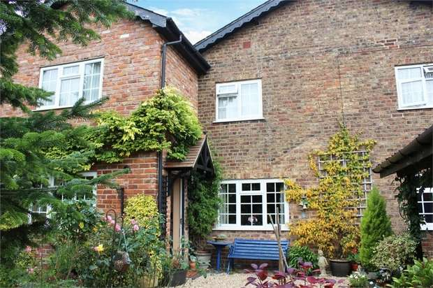 3 Bedrooms Cottage House for sale in Middle Street, Rudston, Driffield, East Riding of Yorkshire