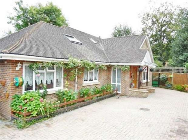 4 Bedrooms Detached Bungalow for sale in Meadow Way, Addlestone, Surrey