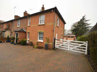 4 Bedrooms Semi Detached House for sale in Creeksea, Burnham On Crouch, Essex