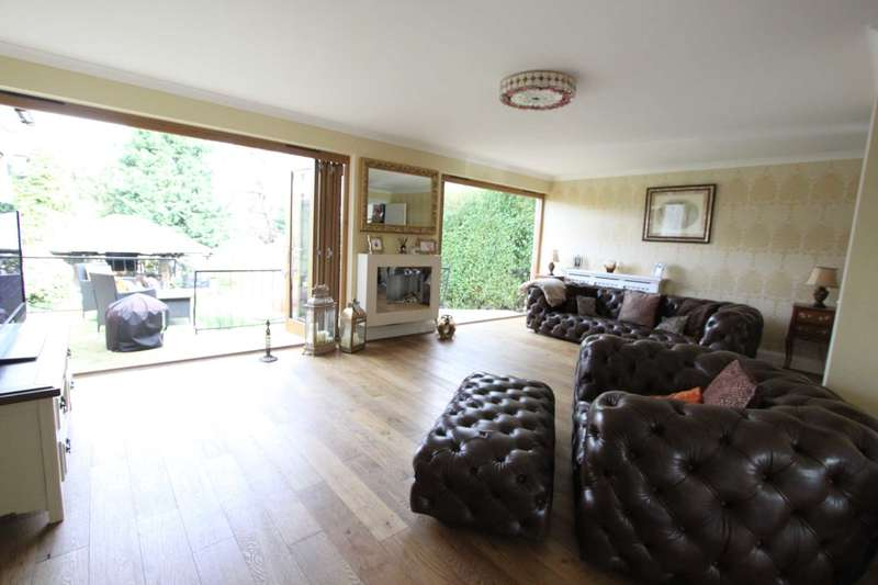 3 Bedrooms Detached House for sale in Fenshaw Crescent, Hornchurch