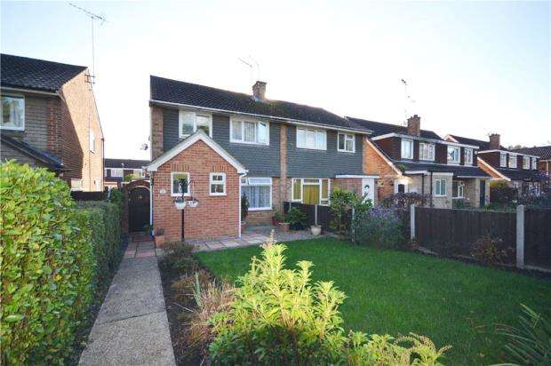 3 Bedrooms Semi Detached House for sale in Hewlett Place, Bagshot, Surrey