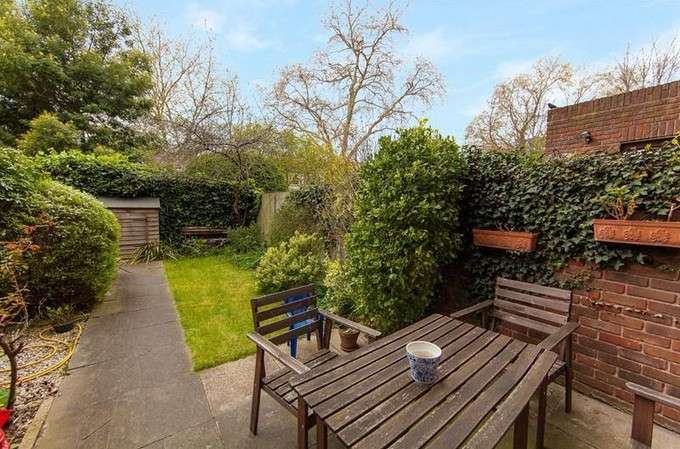 2 Bedrooms Flat for sale in St Pauls Court, Lily Close, London