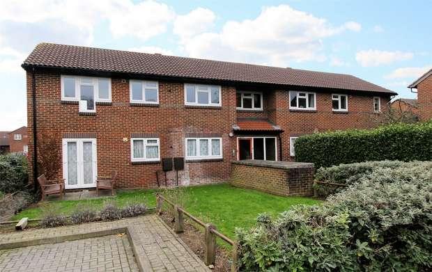 1 Bedroom Flat for sale in Goldsworth Park, Woking, Surrey