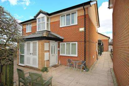 2 Bedrooms Flat for sale in St. Albans Court, Wickersley, Rotherham, South Yorkshire
