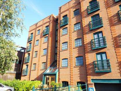 2 Bedrooms Flat for sale in Wharton Court, Hoole Lane, Chester, Cheshire, CH2