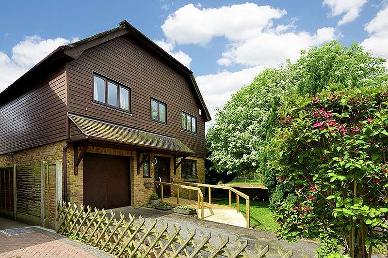 4 Bedrooms Detached House for sale in Rowan Close, Staple, CT3