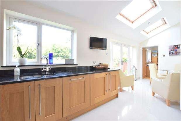 4 Bedrooms Detached House for sale in Bafford Approach, GL53