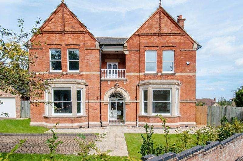 5 Bedrooms Detached House for sale in Beech Grove, Rushden