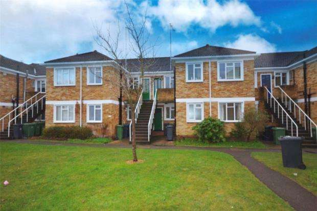 3 Bedrooms Maisonette Flat for sale in Abbey Court, Camberley, Surrey