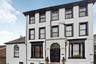 2 Bedrooms Flat for sale in Godstone Road, Caterham, Surrey, .