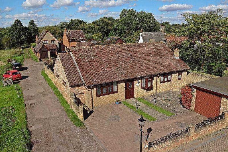 3 Bedrooms Detached Bungalow for sale in Moor View, Greenfield