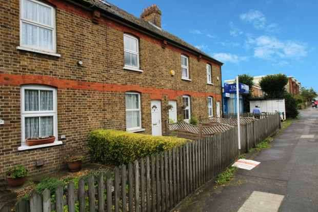 3 Bedrooms Terraced House for sale in Uxbridge Road, Uxbridge, Middlesex, UB10 0NJ