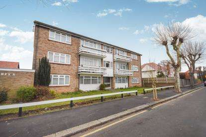 2 Bedrooms Flat for sale in Johnstone Road, Thorpe Bay, Essex