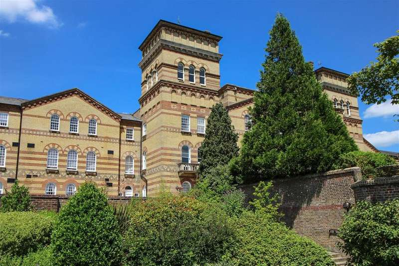 3 Bedrooms Flat for sale in Cavendish House, Southdowns Park, Haywards Heath