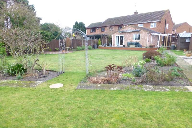 3 Bedrooms Semi Detached House for sale in Coxlea Close, Evesham, WR11
